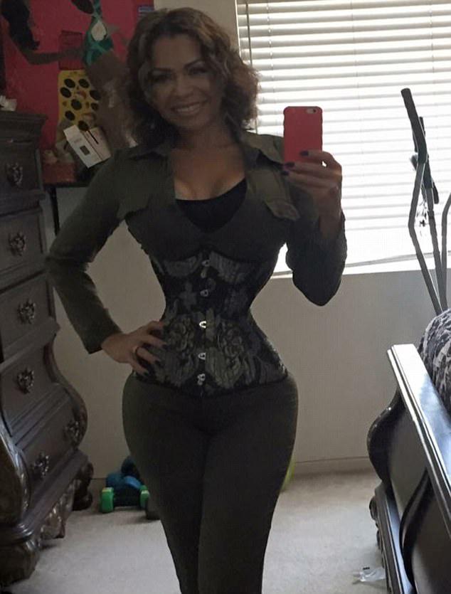 39-летняя американка носит специальный корсет по 23 часа в сутки. И теперь охват её талии всего 46 сантиметров!