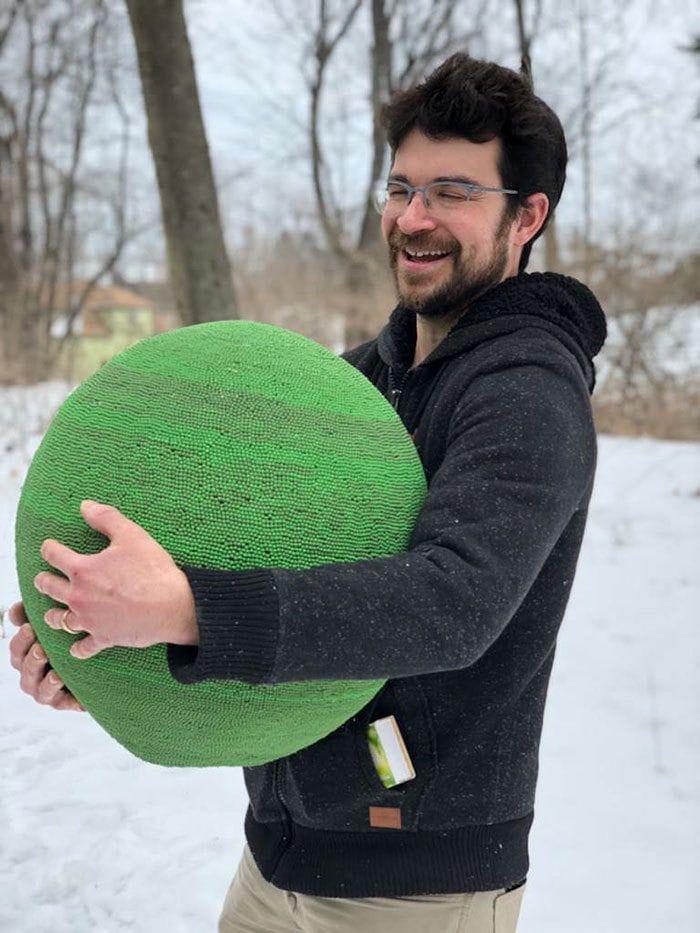 Мужчина много месяцев собирал огромный шар из 42 тысяч спичек, чтобы в итоге его сжечь