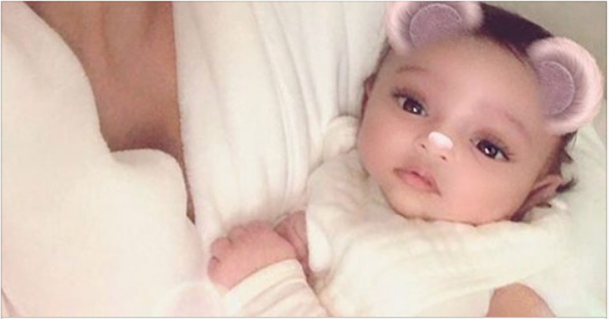 Ким Кардашьян поделилась первым фото новорожденной дочери Чикаго
