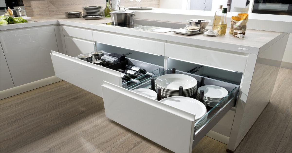 27 фото-идей, как компактно и удобно хранить посуду
