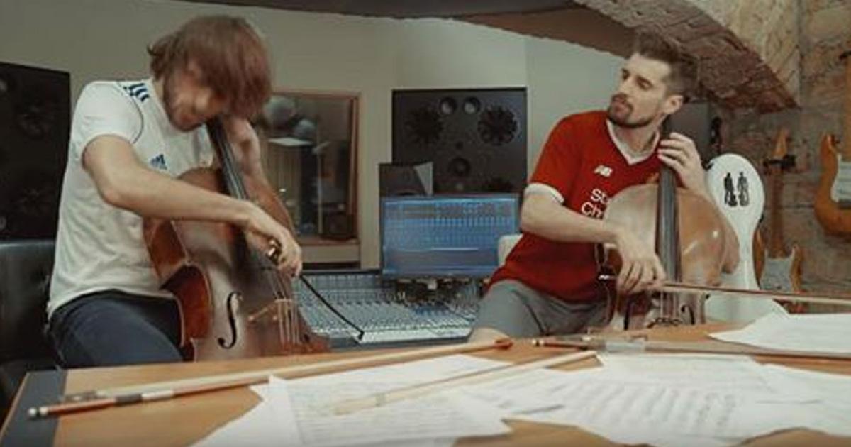 Двое парней прекрасно играют на виолончелях.