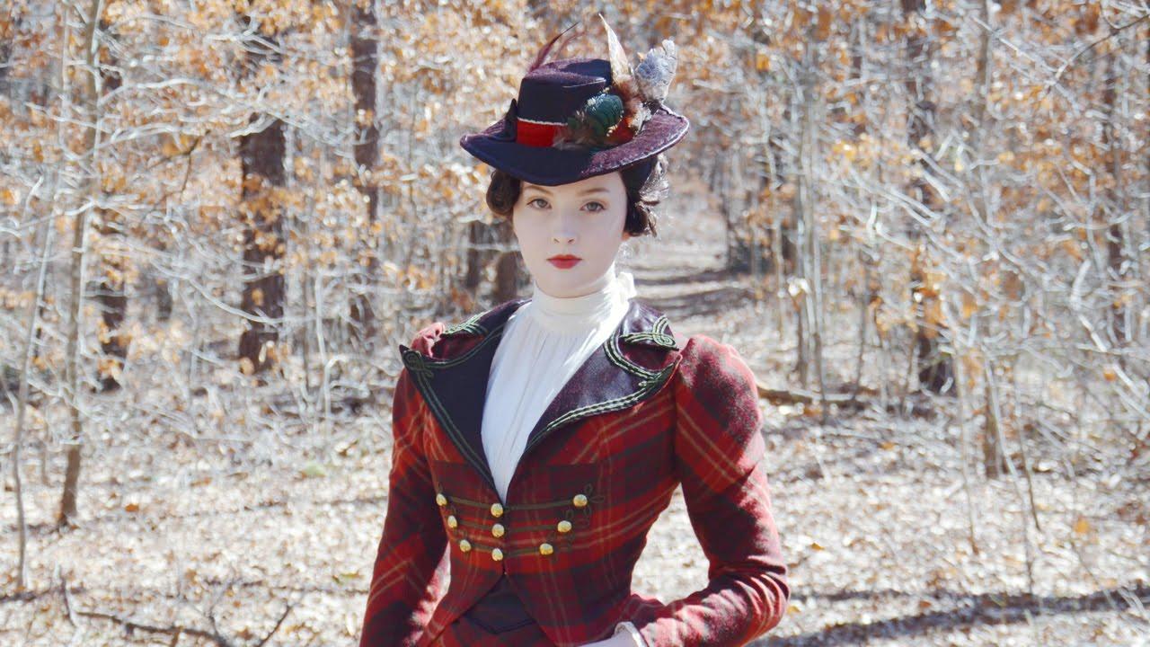 18-летняя девушка шьет необычные платья, от которых невозможно оторвать взгляд