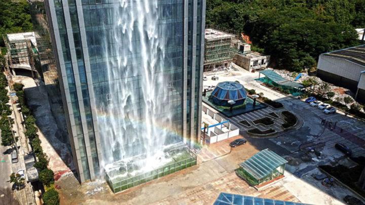 Китайцы построили 108-метровый водопад на небоскребе