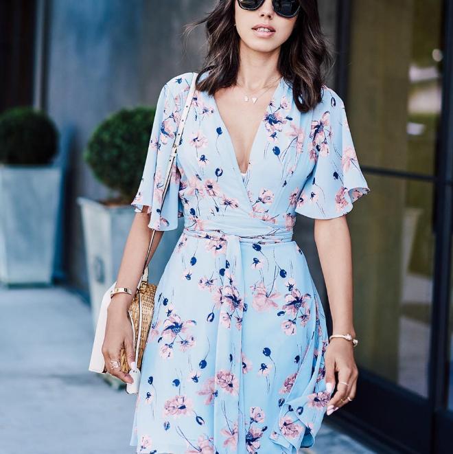 66a6e1ade2b Нежно-голубое платье-халат с длинным поясом и летящим рукавом – прекрасная  модель для уверенных в себе девушек. Оно создает атмосферу расслабляющего  летнего ...
