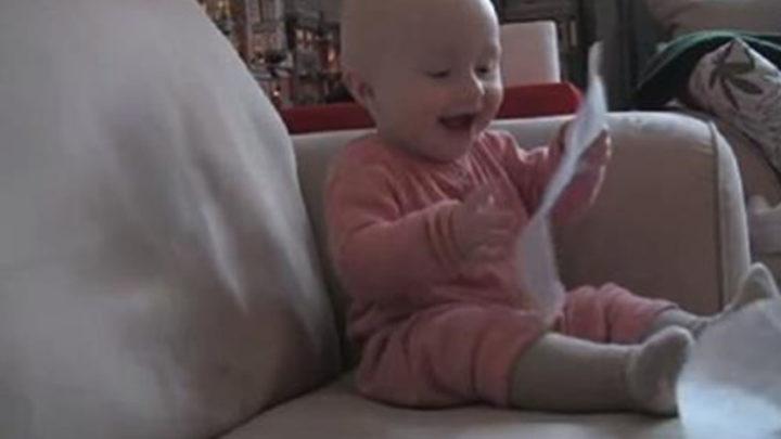 Видео про малыша, который заражает всех безудержным смехом.