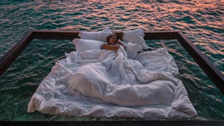 Отель на Мальдивах предлагает поспать в океане под звездами. Стоит недешево
